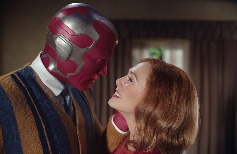 """Paul Bettany (Visión) i Elizabeth Olsen (Wanda Maximoff) a """"Bruja Escarlata y Visión""""."""